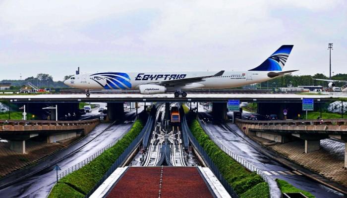 عكس الاتجاه.. مصر تدرس عودة رحلات الطيران رغم تزايد كورونا