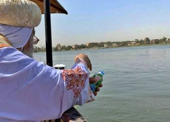 البطريرك تواضروس يلقي المياه المقدسة في نهر النيل