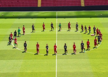 لاعبو ليفربول يجثون على ركبهم تضامنا مع جورج فلويد (صورة)