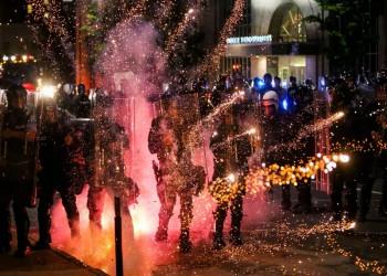 المحتجون الأمريكيون يتحدون تهديدات ترامب لليلة الثامنة