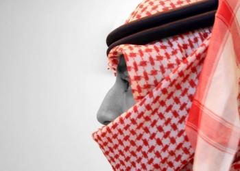 سعودي يضرب عاملا وافدا بسبب شماغ.. وغضب بتويتر (فيديو)