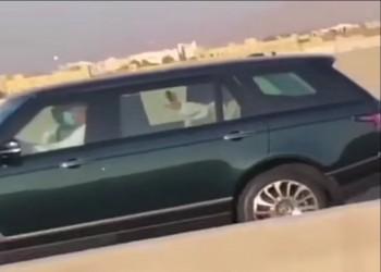 دون حراسة.. سلطان عمان يتجول في مسقط (فيديو)