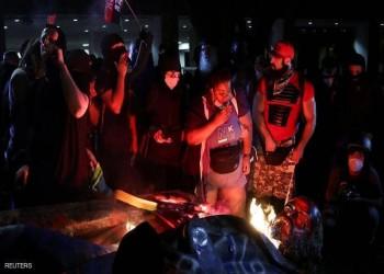 متظاهرون يحرقون تمثالا لشرطي.. وترامب يطالب باعتقالهم