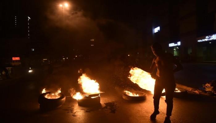 تجدد الاحتجاجات في لبنان بسبب سعر الدولار.. قطع طرق واشتباكات