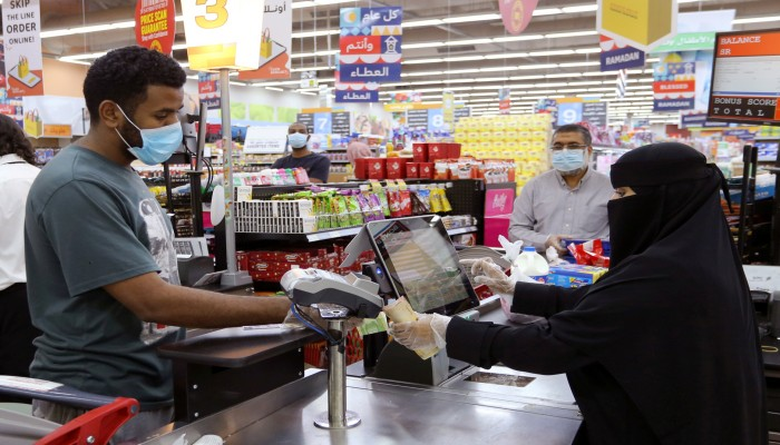 السعوديون يهرعون إلى المتاجر لتخزين السلع.. لماذا؟