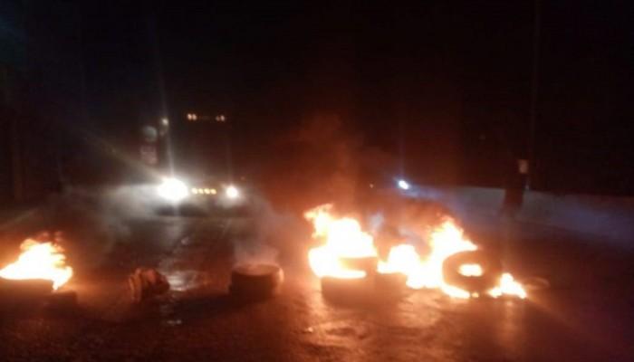 لبنانيون يقطعون الطرق احتجاجا على الأوضاع الاقتصادية