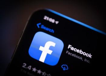 فيسبوك يختبر الوضع المظلم لتطبيقه على الهاتف