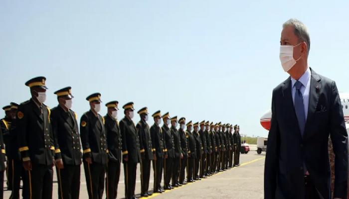 أكار يتفقد بارجة حربية تركية قبالة سواحل ليبيا