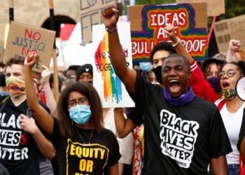 متظاهرون أمريكيون يحطمون تمثالا لكريستوفر كولومبوس في بالتيمور