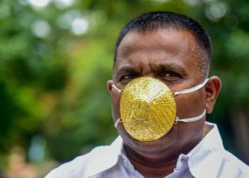 هندي يحمي نفسه من كورونا بكمامة ذهبية