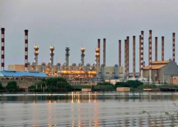 كورونا والعقوبات يملآن خزانات النفط الإيرانية عن آخرها
