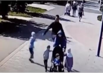 رجل يركل منتقبة ويطرحها أرضا أمام أبنائها بروسيا