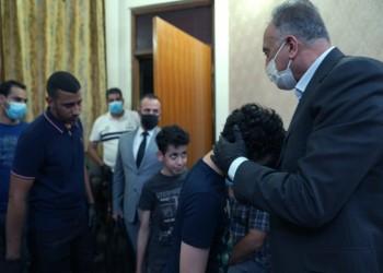 رئيس الوزراء العراقي يزور أسرة هشام الهاشمي ويتعهد بعقاب الجناة (صور)