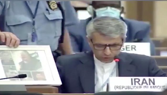 رجل أمن يزيل صورة سليماني من أمام سفير إيران في الأمم المتحدة