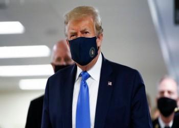 ترامب يرتدي كمامة لأول مرة.. هل بدأ يقلق؟ (فيديو)