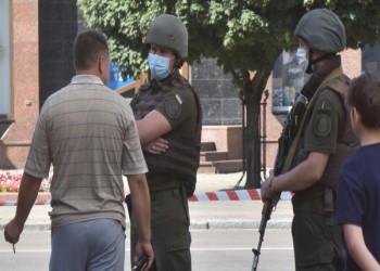 مختطف رهائن يشترط على رئيس أوكرانيا الإشادة بفيلم خواكين فينيكس
