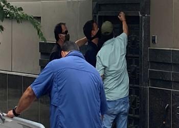تحطيم باب القنصلية الصينية المغلقة في هيوستن