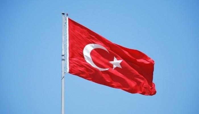 أنقرة تحذر أثينا: ستكسر الأيادي القذرة الممتدة للعلم التركي