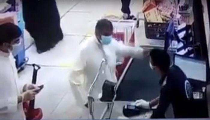 وزيرة مصرية تطالب بحذف فيديو صفع المصري في الكويت