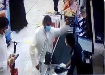 العتيبي: مسؤولون كويتيون كبار وجهوا بأخذ حق الشاب المصري المصفوع