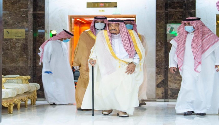 الملك سلمان يغادر المستشفى بعد إجرائه عملية جراحية (فيديو)