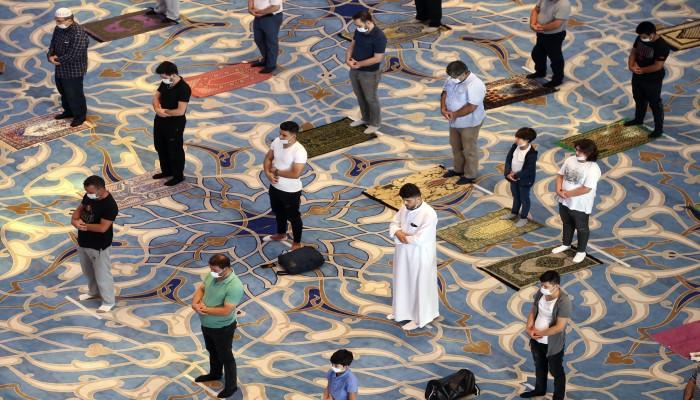 المسلمون يحتفلون بعيد الأضحى وسط إجراءات كورونا