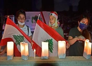 تجمع بالشموع وأعلام لبنان في موقع انفجار بيروت لتذكر الضحايا