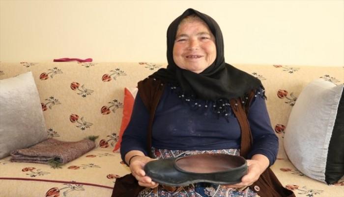 ناشطون بتركيا يحتفون بسيدة روت ظمأ كلب بحذائها