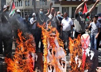 الفلسطينيون يردون على تطبيع الإمارات بحرق صور بن زايد