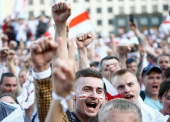 محتجون يتدفقون على شوارع مينسكَ بعد عرض روسيا مساعدة عسكرية