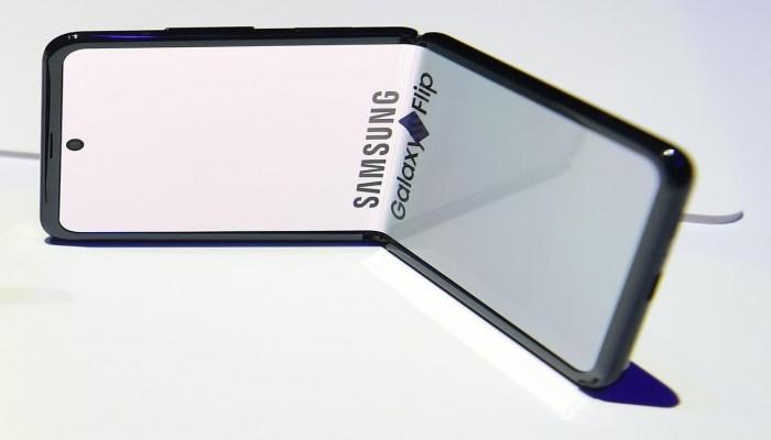 سامسونج تخطط لإطلاق هاتف قابل للطي بسعر منخفض
