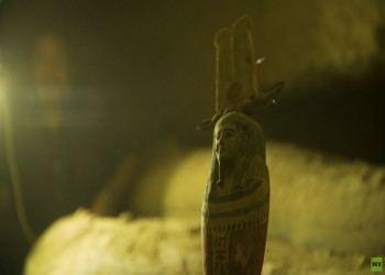 مصر تكشف عن بئر عميقة تضم 13 تابوتا أثريا