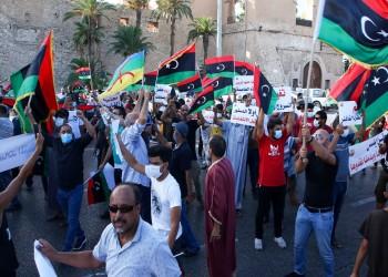 أحرقوا صور حفتر.. متظاهرو بنغازي يشكون أوضاعهم المعيشية