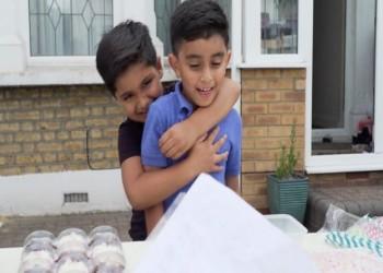 أنجيلينا جولي تدعم طفلين يمنيين يبيعان العصير في لندن