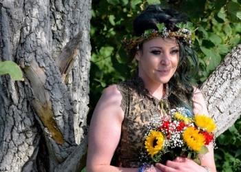 بريطانية تحتفل بزواجها من شجرة وترفض الطلاق (صورة)