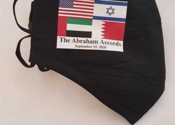 """احتفاء إسرائيلي بتوزيع """"كمامة إبراهيم"""" على حضور اتفاقي التطبيع"""