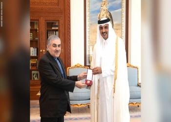 أمير قطر يمنح سفير إيران وساما مرصعا بالألماس والياقوت