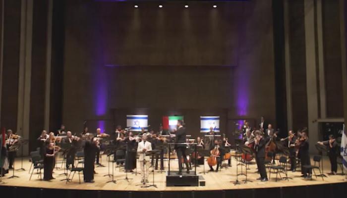 مطرب إسرائيلي يغني نشيد الإمارات الوطني (فيديو)