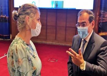 السفيرة الإسرائيلية بالقاهرة تنشر صورتها مع وزير البترول المصري