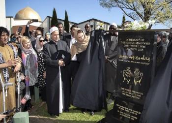 رئيسة وزراء نيوزيلندا تزيح الستار عن لوحة تذكارية لضحايا المسجدين (صور)