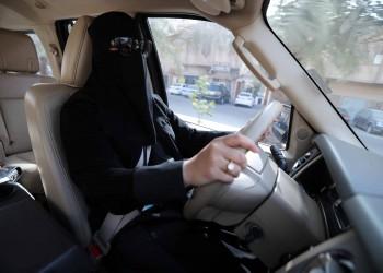 حادث سيارة لفتاة يتسبب باشتعال النار في محطة وقود بالسعودية (فيديو)