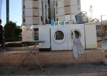 غسالات منزل نتنياهو.. عيروه بفضيحة ملابسه المتسخة (صور)
