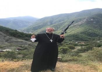 بعد اشتباكات مع أذربيجان.. أرمينيا تنشر صورة رجل دين مسيحي بالسلاح