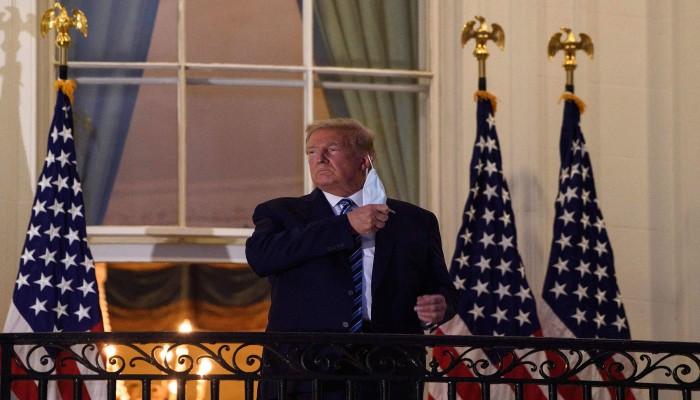 شاهد.. ترامب ينتهك القواعد الصحية لمكافحة كورونا في البيت الأبيض