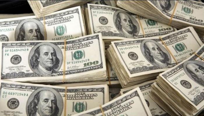 بلومبرج: هبوط الدولار يدفع الاقتصاد الخليجي إلى الأمام