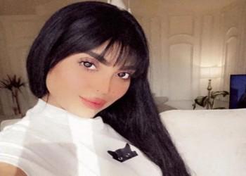 عارضة سعودية تفجر غضبا لتقديمها إعلانا بملابس فاضحة