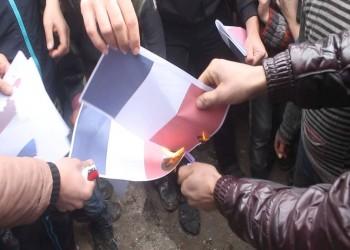 لبنانيون يحرقون العلم الفرنسي.. والسلطات تنفي إلقاء قنبلة على سفارة باريس