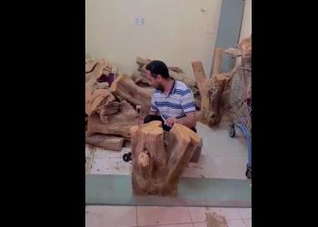 حطاب سعودي يثير تعاطف واسع.. هذه قصته