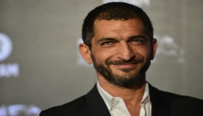عمرو واكد يثير جدلا واسعا بتغريدة عن الرسوم المسيئة للنبي.. ماذا قال؟
