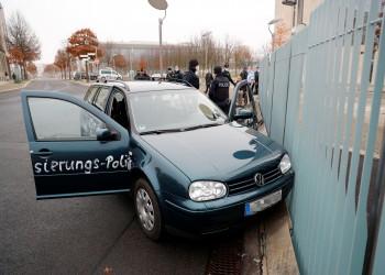 ألمانيا.. سيارة تحاول اقتحام مكتب ميركل واعتقال السائق